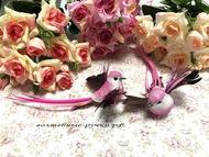 Декоративная птичка на магните с блестящими крыльями, цвет розовый, длина с хвостом 6 см, высота 3 см